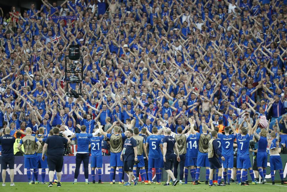 Các cầu thủ và fan đội bóng Iceland ăn mừng chiến thắng sau trận đấu với Áo.