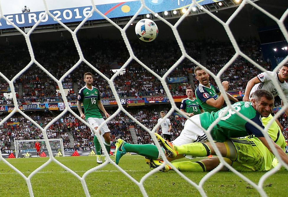 Lưới của Bắc Ireland rung lên trước pha ghi bàn của cầu thủ Đức.