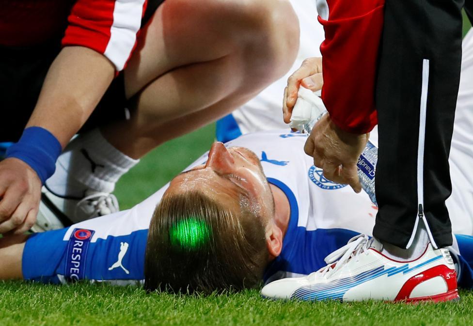 Cầu thủ Slovakia Peter Pekarik nằm điều trị chấn thương trong trận đấu trước Anh.