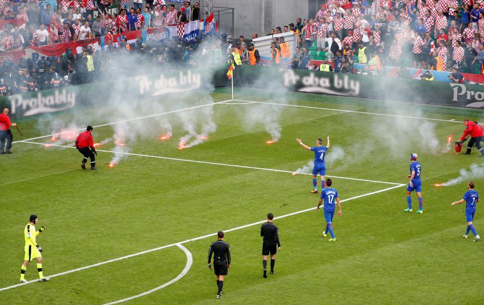 Các cổ động viên ném pháo sáng xuống sân bóng trong cuộc đọ sức giữa Croatia với Cộng Hòa Séc.