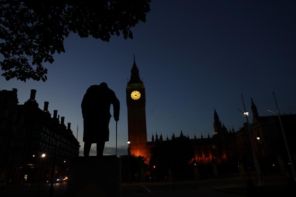 Tòa nhà Quốc hội Anh và bức tượng Winston Churchil ở Wesminton bị bao phủ trong màu đen.