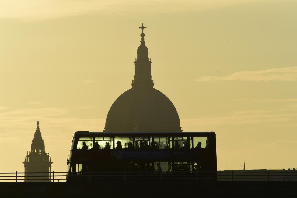 Bóng chiếc xe bus chở khách qua cầu Waterloo (Anh).