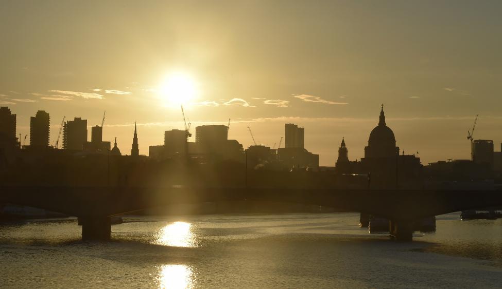 Khi ánh sáng dần biến mất ở London.