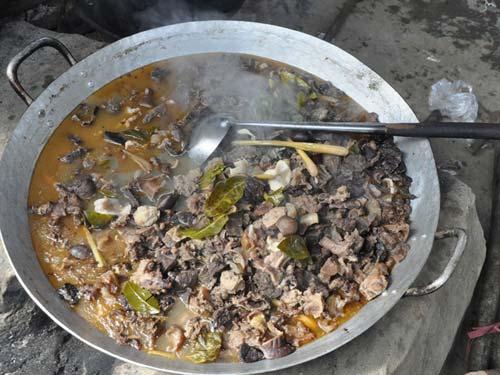 Thắng cố: Đây là món ăn đặc trưng của miền núi phía bắc Việt Nam. Hình ảnh những chảo thắng cố nghi ngút bên bếp lửa hồng trong sớm lạnh vùng cao đã trở nên quen thuộc với các du khách. Trước đây, thắng cố được làm từ thịt ngựa, giờ có thể sử dụng bò hoặc lợn. Thịt và nội tạng được xắt nhỏ, cho vào chảo lớn xào lăn, rồi thêm nước và gia vị, ninh nhừ. Thưởng thức một bát thắng cố với rượu ngô vào mùa đông được xem là trải nghiệm thú vị. Tuy nhiên, món ăn này có mùi không dễ chịu gì, khiến nhiều du khách không nuốt nổi.