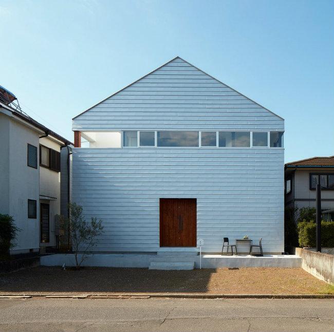 Ngôi nhà đã được thiết kế cho các em nhỏ sống tại khu Shizuoka, Nhật Bản. Một kiến trúc sư đã được thuê tạo ra ngôi nhà có vẻ ngoài giản dị nhưng sở hữu một sân chơi rộng ngay giữa nhà.