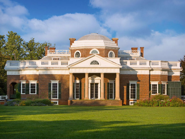 Monticello ở Charlottesville, bang Virginia là nơi ở của Thomas Jefferson. Ông đã thừa hưởng từ cha của mình 5000 mẫu đất và tự thiết kế cho ngôi nhà của mình, tốn hơn 40 năm để tạo ra được các phòng ở và những khu vườn tuyệt đẹp
