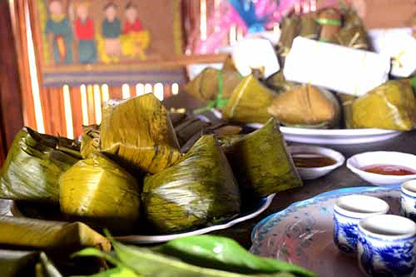 Bánh vắt vai là loại bánh lạ từ hình thức đến tên gọi. Món ăn độc đáo này của đồng bào dân tộc Cao Lan, Lục Ngạn.
