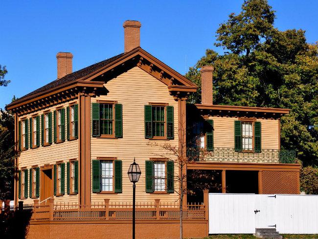 Hàng năm, hàng nghìn người đã ghé thăm nhà của Lincoln ở Springfield, Illinois, để khám phá nơi ở của Tổng thống thứ 16 nước Hoa Kỳ, nơi ông đã dành 17 năm với gia đình của mình.