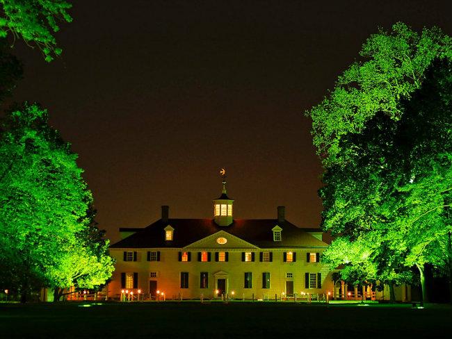 Khi George Washington mua lại Mount Vernon ở bang Virginia vào năm 1754, thì nó mới chỉ là một nhà ở xây trong trang trại mà bố ông đã gây dựng. Ông đã dành 45 năm để mở rộng nó và ngày nay nó có tới 21 phòng bên trong.