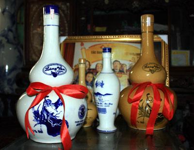 """Rượu làng Vân là một trong những đặc sản danh tiếng không chỉ của Bắc Giang mà của cả miền Bắc. Đây là loại rượu nếp nấu bằng nếp cái hoa vàng trồng ở làng Vân Xá, xã Vân Hà, huyện Việt Yên, tỉnh Bắc Giang. Rượu làng Vân ngon nhờ men rượu bí truyền từ bao đời truyền lại. Ngày xưa đây là loại rượu được chọn để dâng Vua tiến Chúa, cũng như là loại rượu chính trong các bữa tiệc của triều đình. Vua Lê Hy Tông đã sắc phong cho loại rượu này bốn chữ """"Vân Hương Mỹ Tửu"""" vào năm Chính Hòa thứ 24."""