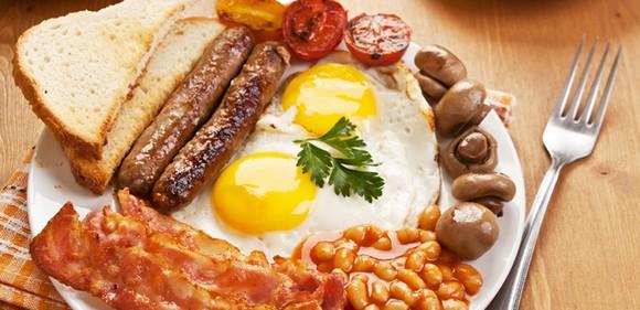 Bắt đầu ngày mới với bữa sáng kiểu Anh có phải là sự lựa chọn hoàn hảo.  Một bữa sáng 'chuẩn' Anh có thể cung cấp cho cơ thể khoảng 880 calo vơi 15,3g đường; 16,8 g chất béo; 48g protein và 4,3 g muối. Dù mọi người luôn có câu 'hãy ăn sáng như một ông vua' nhưng vơi bữa sáng kiểu Anh lại cung cấp quá nhiều dầu mỡ và protein cơ thể cần làm các cơ quan trong cơ thể phải làm việc hết sức dẫn đến tình trọng khó chịu mệt mỏi. Cũng vì lý do trên mà điểm số đánh giá cho bữa sáng kiểu Anh chỉ đạt 1/10.