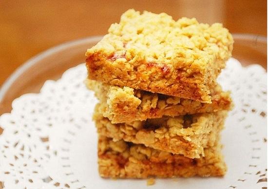 Bánh ngũ cốc.  Ngũ cốc là trọng trong những thực phẩm rất tốt chơ cơ thể, bắt đầu bữa sáng với ngũ cốc là một sự lựa chọn khá hoàn hảo. Bánh ngũ cốc được các chuyên gia đánh giá với điểm số cao là 8/10.  Với 2 lát bánh ngũ cốc có thể cung cấp cho cơ thể khoảng 204 calo với 7,6 g đường; 1,5 g chất béo; 12 g protein và 0,2 g muối.