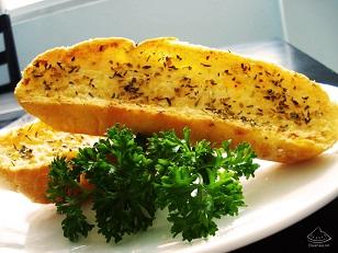 Bánh mì kẹp bơ. 8/10 điểm là con số các chuyên gia đánh giá cho món bánh mì kẹp bơ. Lượng calo mà bánh cung cấp cho cơ thể là 460 calo với 2,9 g đường; 6,9 g chất béo; 9,8g protein và 0,8 g muối.