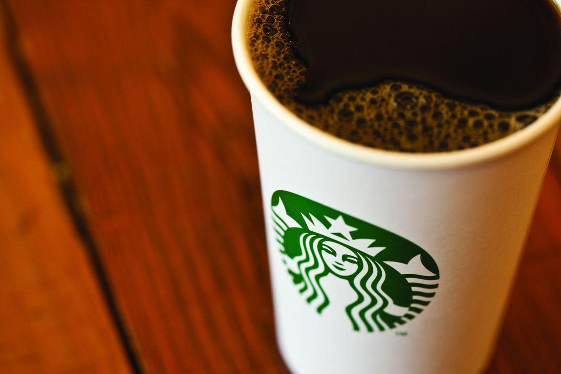 """Chỉ dùng một cốc cà phê đen cho bữa sáng? Với các tiêu chí dinh dưỡng cung cấp cho cơ thể vô cùng """"sốc"""" là calo 0g; đường 0g; chất béo 0g; protein 0g; và muối 0g.  Nhưng lại được các chuyên gia dinh dưỡng đánh giá khác cao với điểm số 6/10. Tại sao lại như vậy? Các chuyên gia giải thích với những đặc điểm của cà phê đen giúp cơ thể phục hồi lại những tổn thương sau một đêm, giúp cơ thể tỉnh táo, hạn chế con đói khoảng 3 -4 giờ, nó giúp tái tạo lại các tế bào vị giác. Nhờ những tác cà phê đen buổi sáng mà mọi người sẽ ăn ngon miệng hơn vào bữa trưa và tối. Dù cà phê đen có tốt nhưng chúng không hề cung cấp calo cho cơ thể, do đó các chuyên gia khuyến cáo chỉ nên sử dụng cà phê đen cho bữa sáng một lần 1 tuần."""