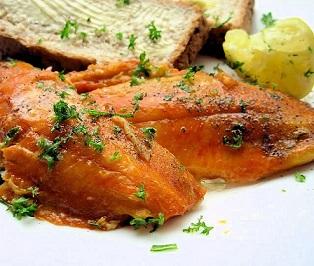 Một bữa sáng thích hợp sẽ tạo được điều kiện thuận lợi khởi động cho một ngày mới, nạp năng lượng trong cả ngày làm việc và học tập.  Cá hồi nướng cũng là món ăn được nhiều gia đinh ưa chuộng. 2 miếng cá hồi có thể nướng cung cấp cho cơ thể khoảng 417 calo với 3,7g chất béo, 22g protein , 22g muối và 3,4 g đường.  Ngoài ra cá hồi nướng còn bổ sung thêm omerga 3 giúp rất tốt cho tim mạch. Sử dụng cá hôi cho bữa sáng là một sự lựa chọn khá hoàn hoản, nhưng theo các chuyên gia chỉ nên ăn cá hồi một lần một tuần vì cá hồi vì nó cung cấp hơn 40% protein và lại thiếu đi hoàn toàn chất sơ mà cơ thể cần. Điểm số mà các chuyên gia đánh giá cho cá hồi nướng là 8/10.