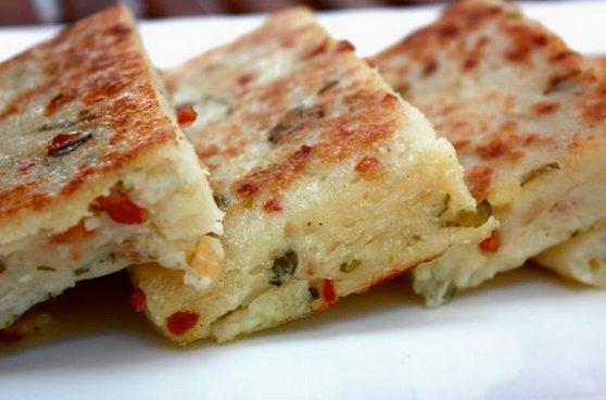 Ghé chợ Bạc Liêu để thưởng thức thêm một đặc sản nữa đó là bánh củ cải. Bánh có nguồn gốc của người Hoa. Bánh được làm bằng bột mì trắng pha với ít bột củ cải trắng nghiền nhuyễn, cán mỏng ra như bánh ướt. Trong là nhân bánh gồm tôm khô nhỏ hoặc tép bạc đất lột vỏ, đâm dập vừa phải, cùng ít thịt nạc bằm với vài hạt đậu xanh hột hấp. Tất cả được xào chín, nêm nếm vừa ăn. Bánh củ cải ăn kèm với rau thơm, diếp cá, húng lủi, húng cây, quế và ít xà lách. Không thể thiếu phần nước chấm: pha nước mắm, chanh, đường, tỏi, ớt cho vừa ăn.