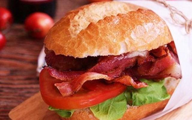 Bánh mì kẹp thịt xông khói. Giá trị dinh dưỡng bánh cung cấp vào khoảng 351 calo vơi 0,9 g đường; 4,6 g chất béo; 21 g protein và 2,7 g muối. Dù giá trị dinh dưỡng cũng như lượng calo banhs mì kẹp thịt xông khói cung cấp cho cơ thể khá lợp lý nhưng thịt xông khói lại là một loại thịt có thể gây nhiều bệnh nguy hiểm cho cơ thể. Do đó việc sử  dụng bánh mì kẹp thịt xong khói vào bữa sáng cũng không được các chuyên gia đánh giá cao mà chỉ đạt 2/10.