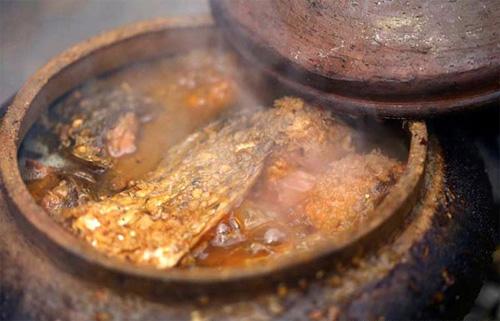 Cá kho là món ăn quen thuộc với nhiều gia đình song cá kho Hà Nam tạo được thương hiệu riêng nhờ khâu chế biến cầu kỳ cùng hương vị hấp dẫn. Nguyên liệu được chọn làm món ăn thường là cá trắm đen, làm sạch rồi đặt vào niêu đất. Dưới niêu được lót lớp riềng nhằm tránh cá bị cháy khi kho suốt 10 – 12 giờ. Cá kho đúng điệu khi khúc cá có màu nâu sậm, thịt mềm, xương tan… ăn không phải bỏ đi chút nào.