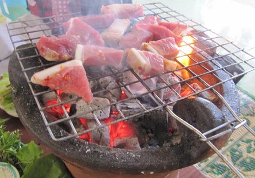 Bê non nướng là món ngon độc đáo thứ hai của Kom Tum. Thịt bê mềm và ngọt, nướng miếng thịt thật dầy trên than hồng rồi chấm muối ớt. Vị ngọt của thịt, vị đậm đà của muối hột và một chút cay cay của miếng ớt tươi, một chút cay của lá húng lủi, một chút chan chát của chuối non khiến món ăn trên cả tuyệt vời. Ở đây người Kon Tum không cắt thịt mỏng như các quán ở Sài Gòn mà cắt thật dày, nhưng thịt vẫn mềm ngọt, phần da thì giòn giòn.
