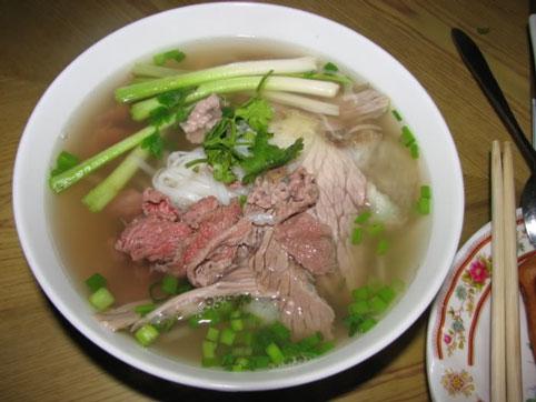 Dẫu nhắc tới phở, nhiều người vẫn quen nhớ gọi tên Hà Nội nhưng ít ai biết nguồn gốc của phở ở Hà thành hay Nam Định cho tới nay vẫn còn là đề tài tranh cãi. Nếu phở Hà Nội phong phú, đa dạng nguyên liệu cũng như cách thưởng thức thì phở Nam Định chỉ là các biến tấu từ phở và thịt bò. Phở bò Nam Định được nấu theo công thức bí truyền của mỗi gia đình nhưng vẫn có nét đặc trưng ở nước dùng ngậy thơm đậm đà, bánh phở nhỏ sợi và thịt bò ngọt, mềm.