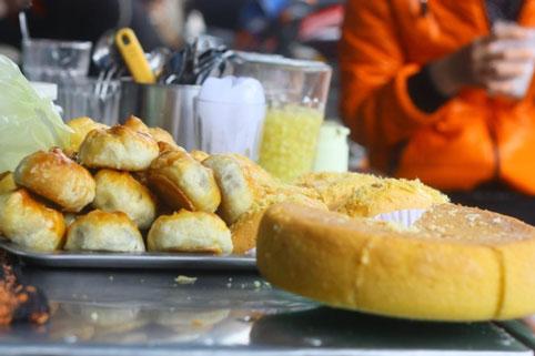 Bánh xíu páo là một trong những thức quà ngon, dân dã của người Hoa trước đây sống trên phố Khách (nay là phố Hoàng Văn Thụ, Lê Hồng Phong) thuộc tỉnh Nam Định. Bánh xíu páo có vỏ bóc được ra thành từng lớp như vỏ bánh pía, nhưng nhân bánh là nhân mặn gồm thịt xá xíu, mộc nhĩ, mỡ lợn, trứng gà....Chiếc bánh xíu páo chiên vàng ruộm từ lâu đã là món ăn vặt quen thuộc của nhiều thế hệ học sinh nơi đây.