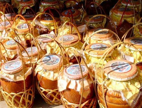 Là một đặc sản của Kim Sơn, rượu Lai Thành có tên bắt nguồn từ xã Lai Thành, nơi đã chưng cất nên loại rược độc đáo, nổi tiếng Ninh Bình. Từ những hạt gạo nếp cái hoa vàng tròn, thơm, cùng quy trình kỹ thuật và khâu lựa chọn chất men, nguồn nước kỹ lưỡng, người dân nơi đây đã nấu lên loại rượu càng để lâu càng ngon, dù ở cách xa đến hàng trăm mét, vẫn không thể giấu nổi mùi thơm.