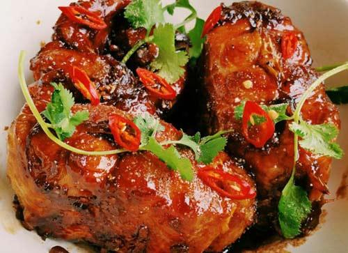 Ninh Bình vốn nổi danh với thịt dê và cơm cháy lại có món cá kho gáo khá độc đáo và lạ lẫm. Gáo là một loại cây tầm nổi thường mọc ở khe suối hoặc chân đồi, không chỉ có tác dụng làm thuốc mà còn dùng để nấu ăn. Quả gáo có vị chua,hơi ngọt mát và có mùi thơm nên thường được dùng để nấu các món canh chua thay me, sấu tuy nhiên ngon hơn cả là món cá kho gáo. Với hương vị rất đặc biệt, không ngấy mà lại khử được mùi tanh của cá cùng mùi thơm của gáo làm nên một món ăn nổi tiếng đặc sản Ninh Bình.