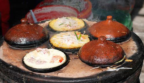 Ninh Thuận có những món ăn truyền thống mang nét đặc trưng, ăn no mà không ngán, đậm đà hương vị của biển trong đó có món bánh xèo. Khác với những nơi khách bánh xèo Ninh Thuận được đổ trong những chiếc khuôn làm bằng đất nung, đặt trong chiếc lò tròn (khoảng 4 – 5 khuôn). Bánh không cần nhiều dầu để tráng khuôn, lượng bột vừa đủ dày để tạo ra độ giòn mà không mất độ dẻo của bánh. Khi ăn, thêm ít giá tươi. Nước mắm để chấm bánh xèo được pha với đậu phộng giã nhuyễn, hơi nhạt để có thể cho bánh vào ngập chén nước mắm mà không bị mặn.