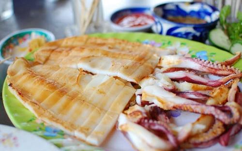 Mực một nắng của Phan Rang có vị thơm, mềm và ngọt bởi cái vị rất riêng của biển Ninh Thuận. Du khách trong và ngoài nước mỗi khi đến đây đều không thể bỏ qua món ăn đặc biệt và mới lạ này. Thưởng thức món mực một nắng nướng, du khách sẽ cảm nhận được cái nắng, cái gió và vị mặn của biển Ninh Thuận.