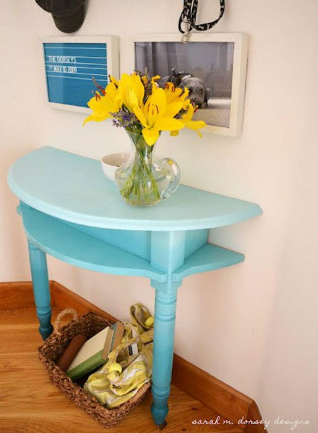 Bàn hình bán nguyệt. Hãy sử dụng những chiếc bàn hình bán nguyệt ôm sát vào tường, vừa tiết kiệm diện tích, vừa có thiết kế mới lạ.