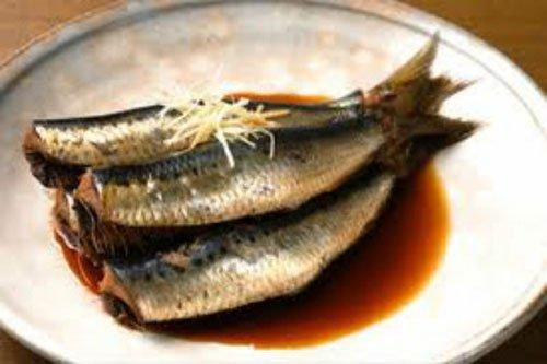 Cá lẹp là một loại cá con nhỏ, mình lép kẹp đúng tên gọi của nó; thân mềm nhũn do bộ xương hom không cứng, thịt lại nhão do quá nhiều mỡ. Người ta chỉ dùng cá lẹp làm mắm hoặc nướng tươi trên than.  Muối mắm lẹp không phải nhiều công đoạn như mọi thứ mắm khác. Ví dụ như muốn làm mắm cá ngừ hay cá thu… người ta phải làm cá ra từng khúc, đem muối một thời gian, vớt ra rồi trộn với một lớp bột ngô rang hoặc bột gạo rang xếp vào vại, vào chum, gài lá hoặc mo cau, bảo quản đến vài ba tháng mới thành mắm.