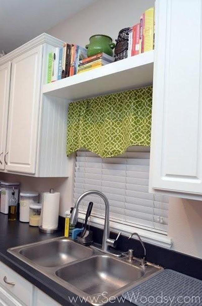 Những cuốn sách nấu ăn rất tiện dụng và cần thiết nhưng mà bạn nên để chúng ở đâu? Hãy lắp đặt một chiếc kệ phía trên cửa sổ nhà bạn để cất giữ những cuốn sách mà không tốn diện tích của tủ đựng đồ hay chắn ánh sáng.