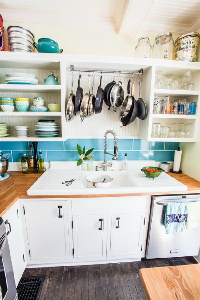 Phía trên bồn rửa: Ý tưởng này mang lại lợi ích hai trong một. Không chỉ tận dụng được không gian mà còn là nơi treo để ráo nước cho nồi và chảo nhà bạn. Sau khi rửa, hãy treo chúng lên và để nước nhỏ xuống cho đến lúc khô.
