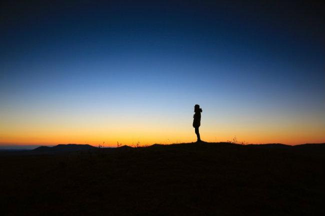 Đôi khi bạn cảm thấy vui khi giả vờ như mình là vị khách du lịch duy nhất trên thế giới: Đi du lịch một mình, cũng có thể bạn sẽ làm mới mình theo một cách mà bạn muốn và bạn có thể cảm nhận chính xác những khả năng mà mình có. Và cuối cùng, bạn sẽ có cảm giác mình có thể chinh phục được cả thế giới và nghĩ không có điều gì mà mình không làm được.