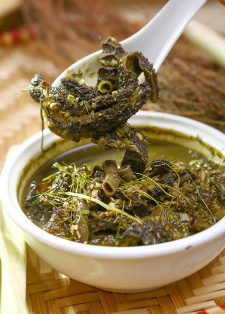 Nếu như người Mông có món thắng cố được coi là món ăn đặc trưng thì người Thái có món nậm pịa. Vì vậy đến Sơn La, bạn đừng quên thưởng thức món nậm pịa nổi tiếng.  Để chế biến được món này cần có ruột non của con trâu, bò, dê. Người ta đem tuốt hết phần ruột bên trong, dùng vải bông sạch lọc nước lấy từ ruột non sau đó đập gừng, xả, mắc khén, ớt, lá chanh băm thêm một ít thịt bạc nhạc, thái thêm ít tiết tươi, đuôi, dạ dày, cuống tim... của bò hay dê cho vào nồi đun sôi khoảng 5 phút tạo thành món ăn sền sệt.  Nậm pịa thưởng thức khi nóng sẽ rất ngon. Du khách nào mới ăn sẽ thấy có vị đăng đắng nơi cổ họng, nhưng lúc sau lại thấy ngòn ngọt và thơm thơm của mắc khén, của các loại gia vị như xả, lá chanh, gừng, ớt.