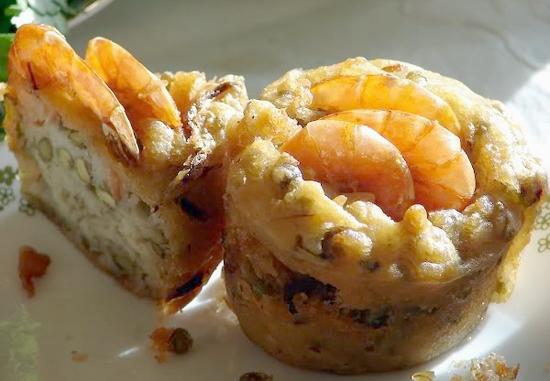 Bánh cóng - đặc sản Sóc Trăng - hay còn có tên gọi khác là bánh cống, bánh sầy hoặc sài cá nại theo tiếng Khmer. Bánh cóng ngày nay phổ biến ra rất nhiều tỉnh khác thuộc miền Tây Nam bộ, đặc biệt là Cần Thơ. Bánh có vỏ làm từ bột gạo, bột đậu nành và trứng, còn nhân bánh là thịt heo băm ướp gia vị và trộn với củ hành tím xắt nhỏ và một ít đậu xanh hấp. Bánh cóng nhìn cực kì đẹp mắt và hấp dẫn.