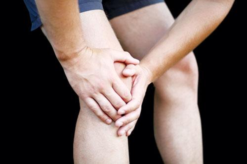 Viêm khớp khiến người bệnh bị đau nhức và khó khăn trong vận động, dẫn đến nhiều bực bội.