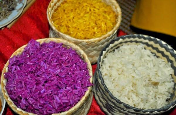 Ở Mộc Châu, mỗi dân tộc đều có vốn văn hóa truyền thống đặc trưng tạo nên vườn hoa đầy hương sắc. Trong đó, văn hóa ẩm thực truyền thống của người Dao được thể hiện rõ nét qua hương vị của xôi ngũ sắc. Nguyên liệu làm xôi ngũ sắc gồm: gạo nếp thơm dẻo, hạt đều không lẫn tẻ, trộn với các loại lá cây rừng (co khảu, khảu đen) để nhuộm màu, tùy thuộc vào mỗi loại lá và cách pha chế để tạo ra 5 màu khác nhau, tạo ra sản phẩm sôi vô cùng hấp dẫn.