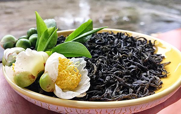 Không hổ danh là xứ chè, Thái Nguyên có những vùng nổi tiếng cả nước: chè La Bằng (Đại Từ), chè Khe Cốc (Phú Lương), chè Trại Cài (Đồng Hỷ) nhưng nổi tiếng hơn cả là chè Tân Cương (TP Thái Nguyên). Không chỉ nổi tiếng trong nước, bạn bè quốc tế cũng rất yêu thích và ''phát nghiện'' chè Tân Cương của Việt Nam.