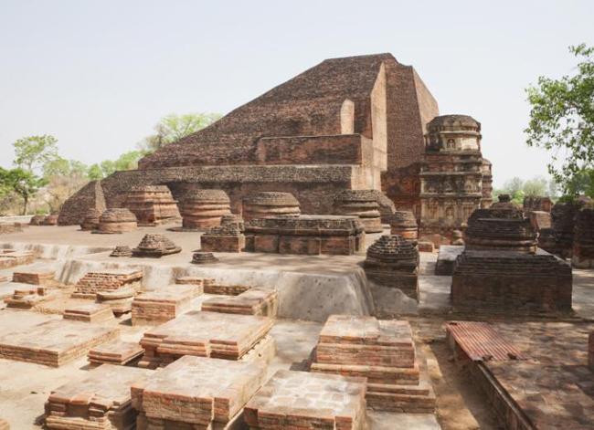 Quần thể Nalanda Mahavihara – Ấn Độ: Đây là một địa điểm trong một trường đại học cổ xưa của Ấn Độ, với những tàn tích như các bảo tháp, miếu mạo, nhà ở và tác phẩm nghệ thuật. Quần thể này là một địa điểm quan trọng để nghiên cứu sự phát triển của Phật giáo.