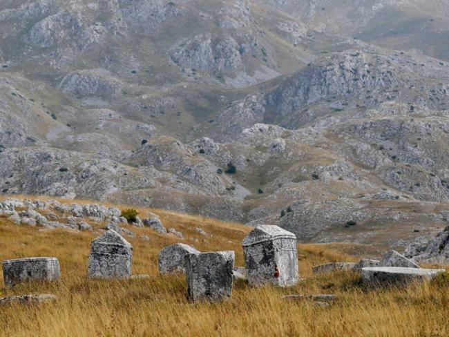 Nghĩa trang đá thời trung cổ Stećci – Nhiều quốc gia: Stećci là một quần thể mộ bằng đá vôi thời trung cổ tại các nước Nam Tư cũ. Điều này có nghĩa là 4 quốc gia gồm Croatia, Bosnia và Herzegovina, Serbia và Montenegro đều được UNESCO vinh danh. Nổi tiếng với những viên đá được chạm khắc từ đá vôi với những thiết kế ấn tượng.