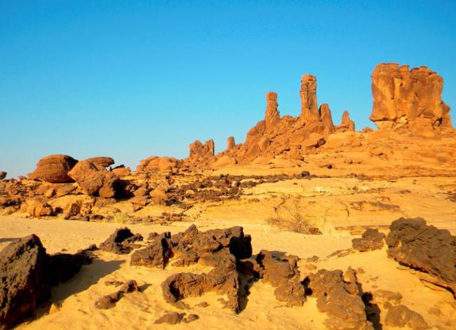 Dãy núi đá Ennedi Massif – Chad: Dãy núi đá sa thạch này tại Chad là một trong những ví dụ hoàn hảo nhất và toàn diện nhất thế giới về nghệ thuật và chạm khắc trên đá, được bào mòn bởi gió và nước. Đặc biệt ngoạn mục là những tháp đá mái vòm tự nhiên, và nếu bạn nhìn kỹ, bạn sẽ tìm thấy một trong những bộ sưu tập lớn nhất của bức tranh hang động cổ xưa ở châu Phi.