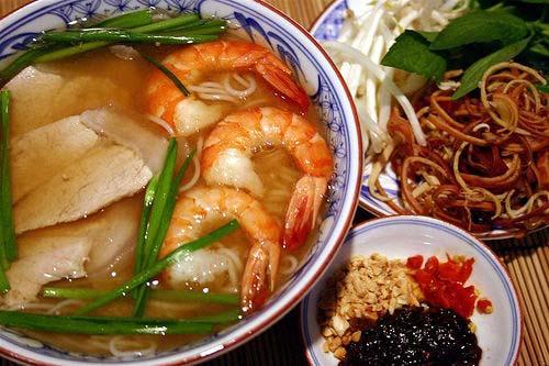 Món bún gỏi già này cũng tương tự món bún mắm vì có chung nguyên liệu là mắm cá. Bún gỏi già ngon phải nấu chung với me để cho ra nước lèo chua chua ngọt ngọt đặc trưng, ăn chung với tép bạc, tép lột hay tôm sú lột là ngon nhất.  Nước bún gỏi già chua ngọt thường được ăn kèm với rau muống, rau chuối bào và rau hẹ, thêm vào nước chấm phải là nước cốt mắm cá linh nguyên chất, để tạo ra hương vị thơm ngon đậm mà không cần phải nêm nếm gì thêm.