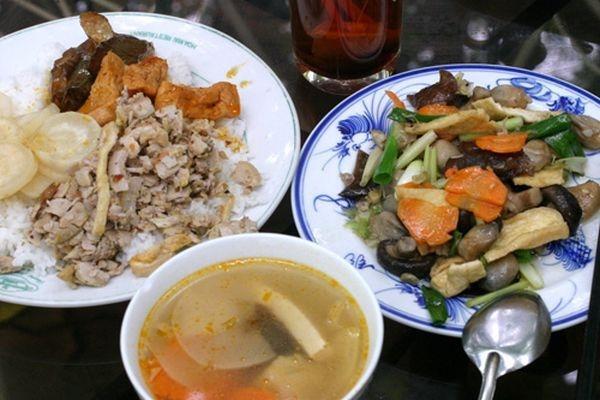 Nếu bạn muốn có một bữa ăn thanh đạm và để cơ thể được thanh lọc thì hãy thử một bữa cơm chay tại Huế. Các món chay cũng rất đa dạng và phong phú, chỉ từ rau, củ, nấm, đậu phụ… nhưng bạn đã có một bữa cơm đầy đủ và thịnh soạn vô cùng. Khách đến Huế, nếu thích được thưởng thức một bữa cơm chay thì ngoài những Phật tử biết nấu cơm chay ngon để mời thân mật ở gia đình, có thể liên hệ các chùa để thưởng thức một bữa cơm chay Huế đặc biệt. Bạn đến chùa nào cũng được, nhưng tốt hơn cả là chùa Từ Đàm, vì ở đây là chùa sư nữ nên có nhiều ni cô nấu cơm chay ngon, lại ở ngay trong thành phố - trên đường Điện Biên Phủ.