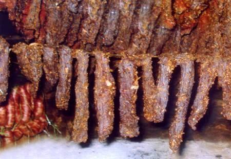 Một đặc sản lừng danh Tuyên Quang khác là thịt trâu gác bếp. Thịt trâu ở vùng núi Tuyên Quang nổi tiếng là sạch và ngọt thịt. Khi trâu được mổ, lấy nguyên thịt nạc, dần cho mềm và ướp với tỏi, ớt, gừng, sả và những gia vị khác, sấy trên than củi hoặc hun khói trên gác bếp. Khi ăn, có thể cuốn thịt trâu khô với lá rau cải, chấm thêm với ma-gi, mù tạt, uống với bia.