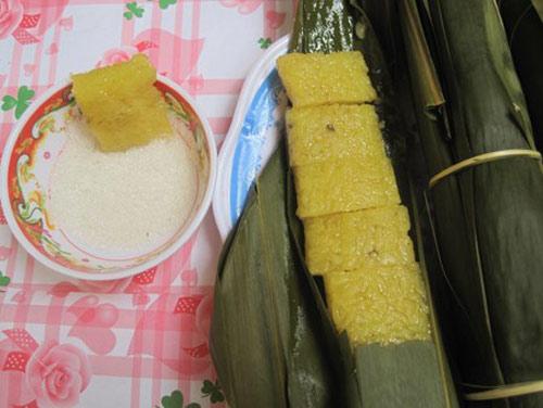 Gạo nếp làm bánh nẳng được ngâm qua đêm trong nước Nẳng, vốn là tro của các cành xoan tươi, cành bưởi tươi (cả lá), trã vừng, lá dáng, lá si, tầm gửi cây dọc... Sau đó, vớt gạo ra để ráo nước, rồi gói bằng lá chít đã luộc và rửa sạch. Luộc bánh khoảng từ 5 đến 6 tiếng.  Bánh gạo rang được ngâm trong nước quả vàng dành cùng ruột cỏ bấc đèn, cây dáy và tro cây vừng đốt ra trong ba ngày đêm. Sau đó, vớt nếp ra để ráo rồi cho chõ xôi. Xôi chín đem trộn đều với mỡ heo, rải ra nia rồi dùng vồ đập đi đập lại trong vài giờ cho hạt xôi bẹt ra. Sau đó lại phơi khô, rồi để nguội, trộn mỡ heo mới cho vào chảo rang cho nổ bung ra. Đun sôi mật, rồi đổ gạo rang vào đun, quấy đều rồi đổ ra, dàn mỏng trong mâm. Dùng đoạn cây tròn lăn đi lăn lại cho bánh lèn chặt. Dùng thước và dao sắc cắt thành từng cái rồi đem gói trong giấy bóng kính.