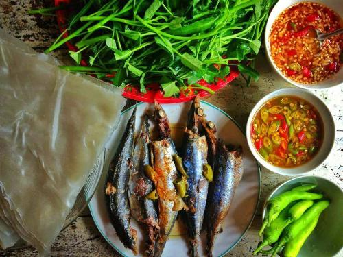 Cá nục hấp là món ăn dân dã của người dân Phú Yên. Món ăn muốn ngon phải rất kỹ lưỡng trong khâu chọn nguyên liệu. Cá được chọn chỉ to bằng hai ngón tay người lớn, thân cá còn săn chắc, mắt còn sáng long lanh mới đủ độ tươi ngon. Cá sau khi rửa sạch đem ướp hành tím, hành lá, các loại gia vị, ớt trái thái nhỏ cho ngấm đều. Sau đó, cho vào nồi hấp cách thủy. Không nên hấp cá quá lâu, cá chín mềm sẽ không còn giữ được vị ngọt đặc trưng vốn có. Cá nục hấp ăn kèm với bánh tráng, rau sống (rau muống, xà lách, húng quế, húng lủi, húng thơm, diếp cá, tía tô...) cùng nước chấm chua cay hoặc nước mắm nêm.