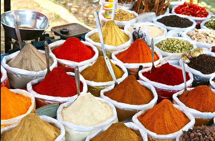 Màu nhuộm thường được làm từ dầu mỏ, được biết đến là yếu tố gây rối loạn chức năng nội tiết.