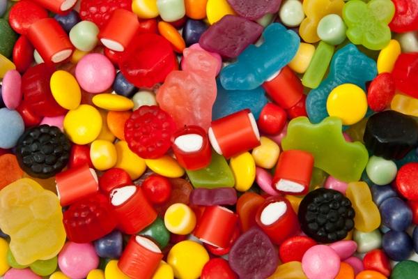 Nếu lạm dụng phẩm màu, hoặc chạy theo lợi nhuận, sử dụng các phẩm màu ngoài danh mục cho phép để chế biến thực phẩm (đặc biệt là các phẩm màu tổng hợp) sẽ rất hại, có thể gây ngộ độc cấp tính, tích luỹ lâu dài có thể dẫn đến ung thư.