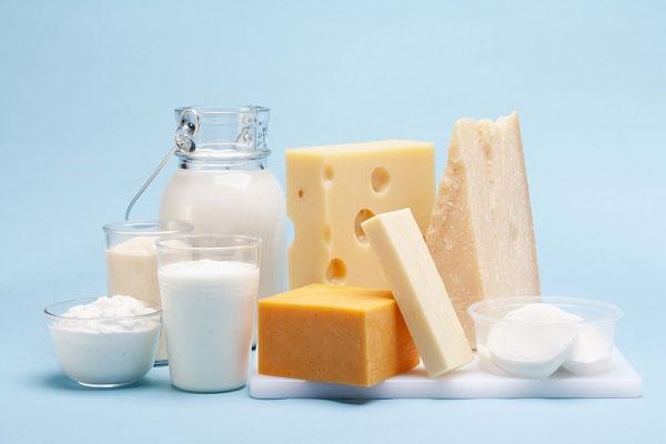 Hơn nữa, các chuyên gia ước tính rằng các sản phẩm sữa chứa trung bình từ 60-80% lượng estrogen một người tiêu thụ.